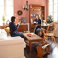 北欧家具を使ったクリスマスのオシャレなリビングルーム