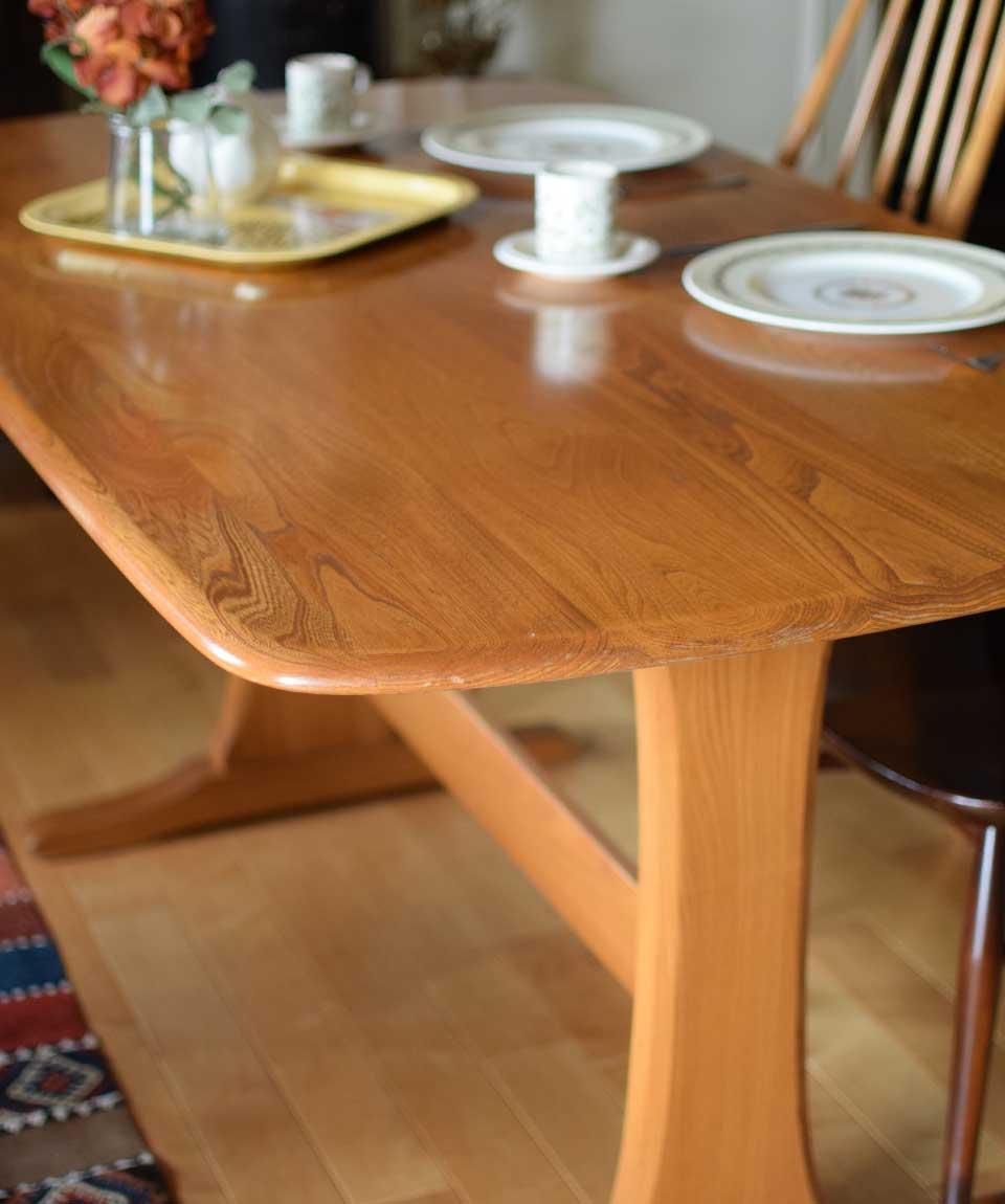 北欧家具のテーブル
