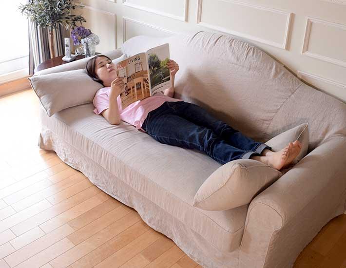 寝転がって使えるリネンのソファ