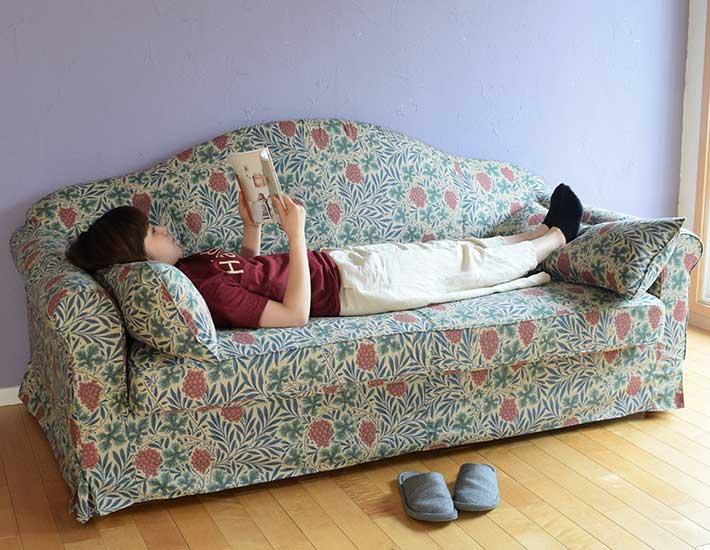 寝転がれるオシャレなソファ