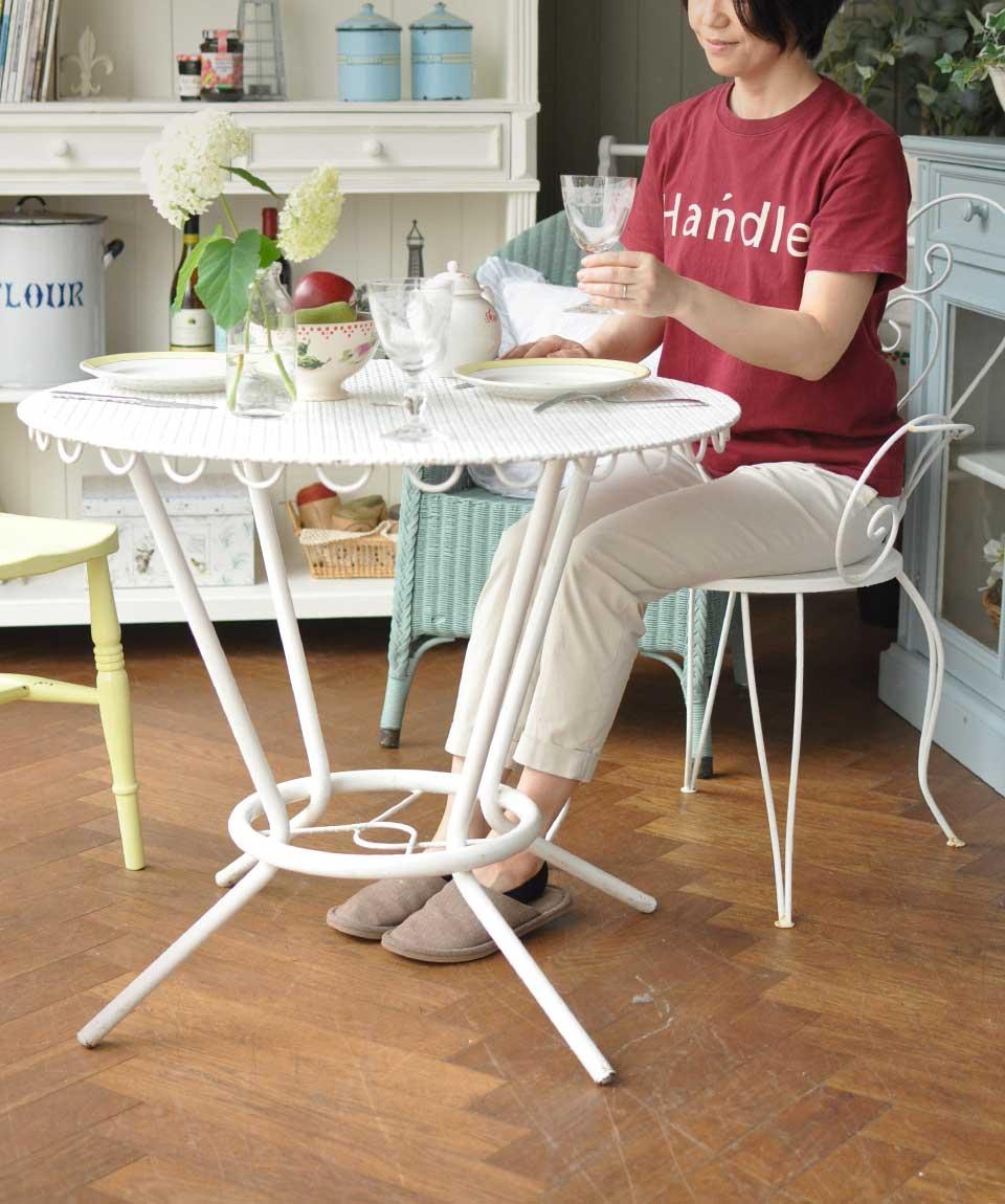 フランスのガーデン用の家具、ペイントのテーブル