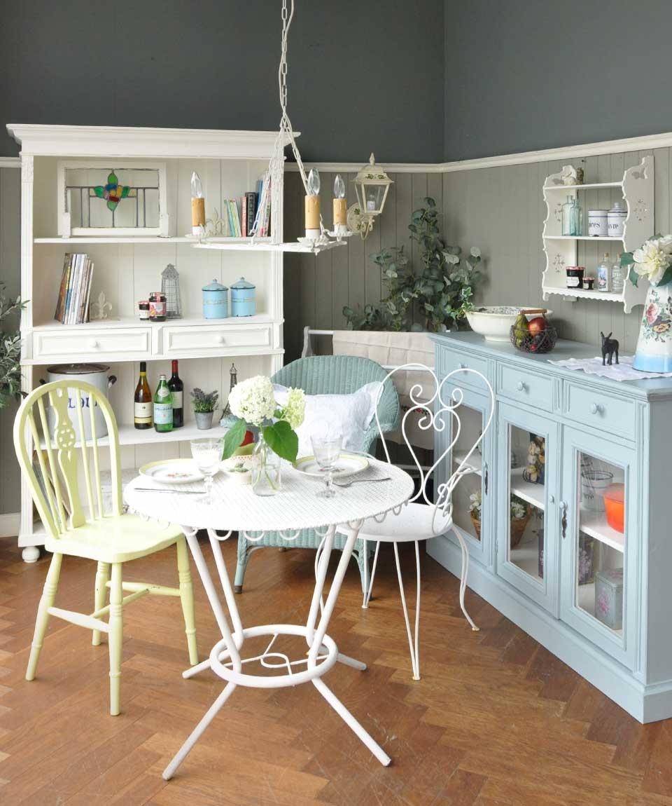 フランスアンティーク家具、ペイント家具のあるリビング