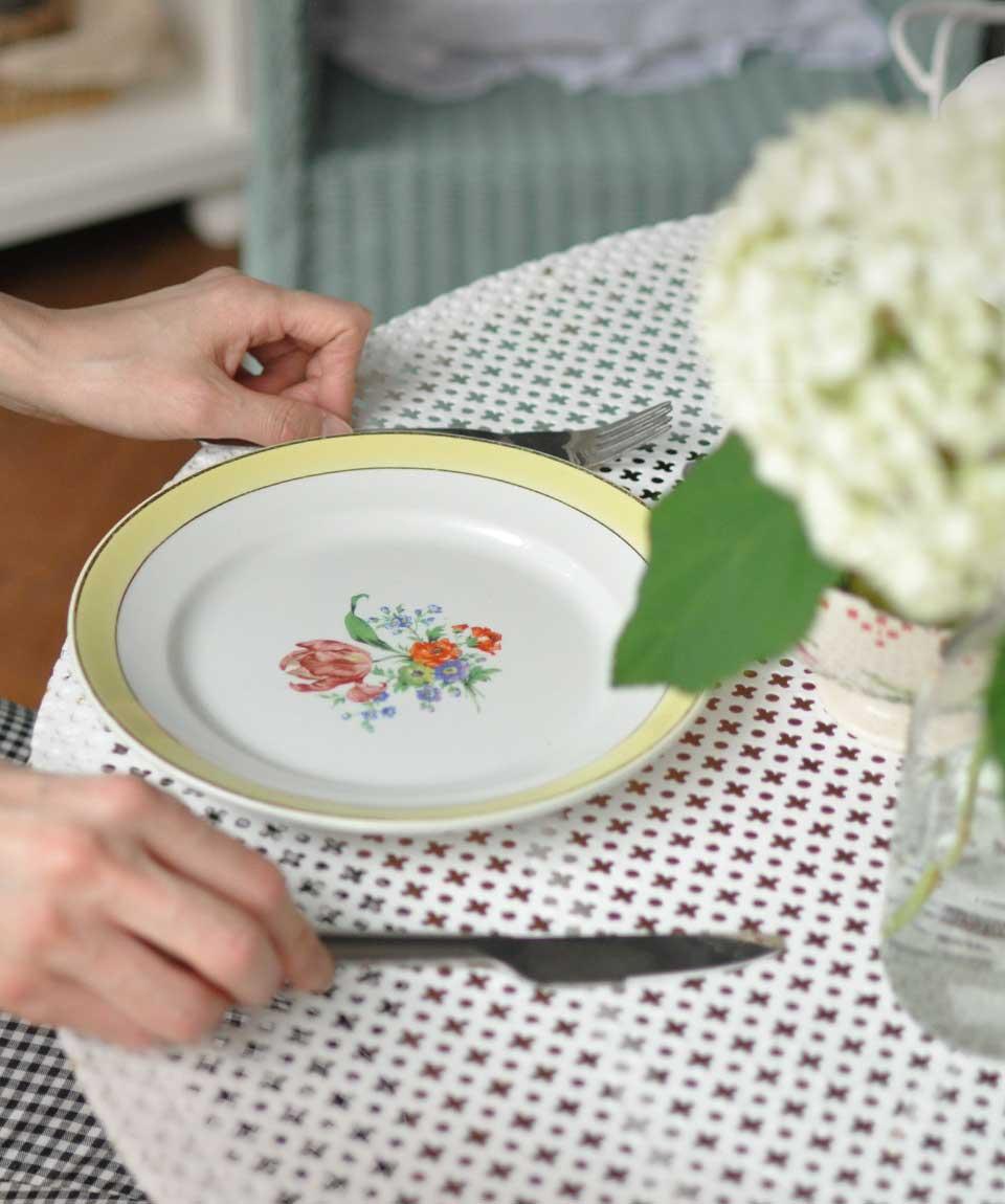 アンティークのおしゃれな食器、陶磁器のプレート