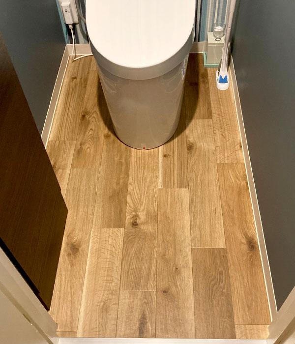トイレのリフォーム、オーク材風のクッションフロア