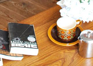 ホーンジーのカップ&ソーサーサーと本