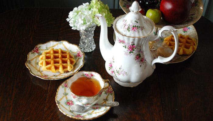 アンティークのティーセットを使って入れた紅茶