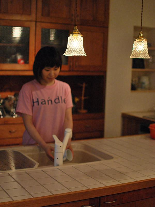 陶磁器を洗う
