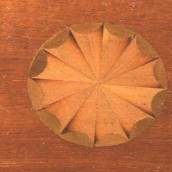 太陽の象嵌模様が施されたテーブルの天板