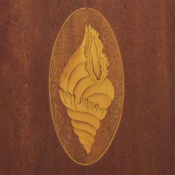 巻貝の象嵌模様が施された家具