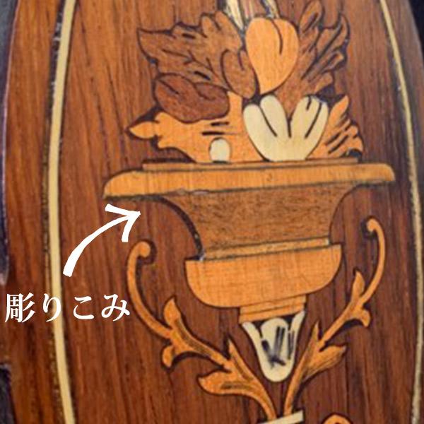彫り込みを入れて作られた象嵌(インレイ)の模様