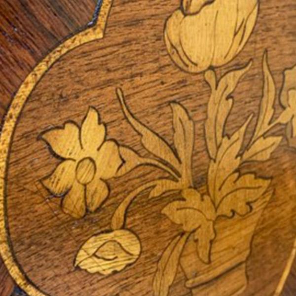 突板を合わせて作った絵のシートを貼り付ける技法の寄木細工(マーケットリー)