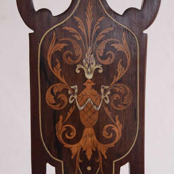アカンサスの象嵌模様が施された椅子