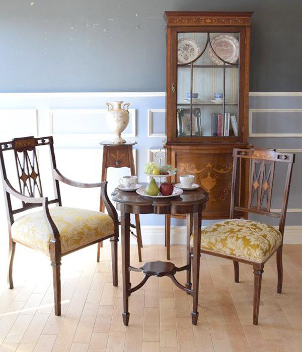 テイパードレッグの家具や椅子を使ったリビング