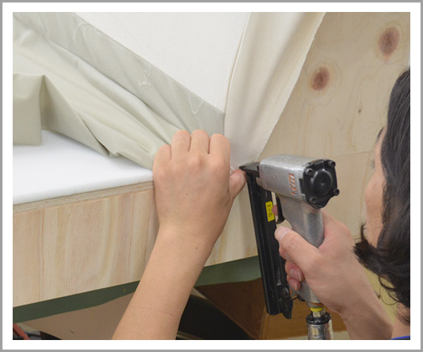 オリジナルソファの製造過程、21布を固定