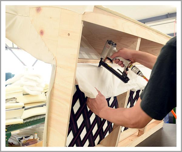オリジナルソファの製造過程、22背もたれと座面の間の布を固定