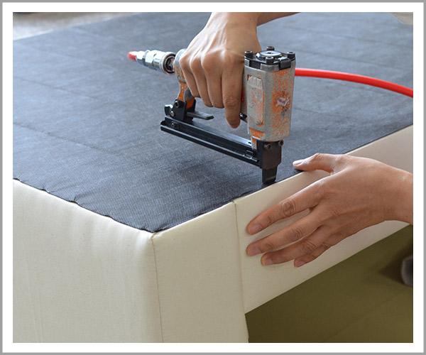 オリジナルソファの製造過程、37底の不織布を固定