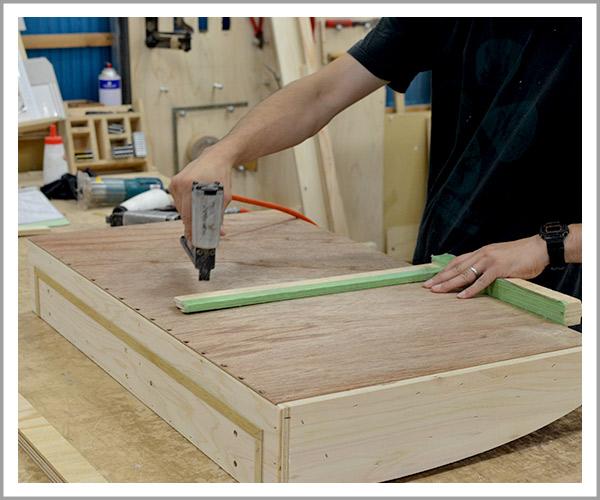 オリジナルソファの製造過程、1土台の木枠を作成
