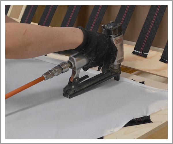 オリジナルソファの製造過程、5ウェービングテープの上から布を固定
