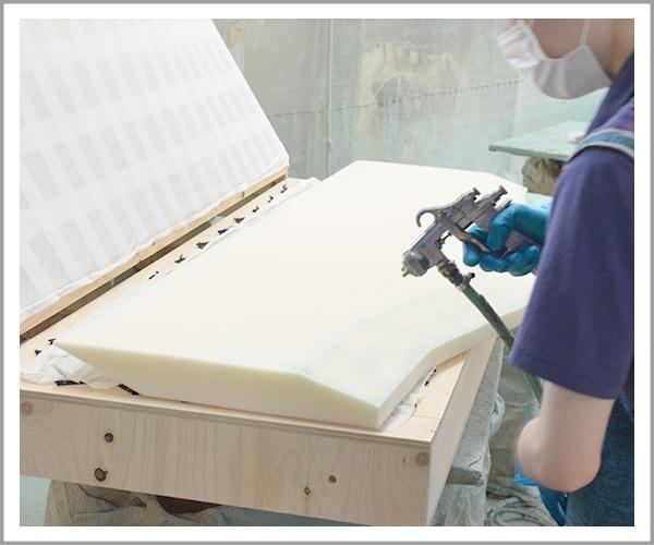オリジナルソファの製造過程、9ウレタンを貼り付け2
