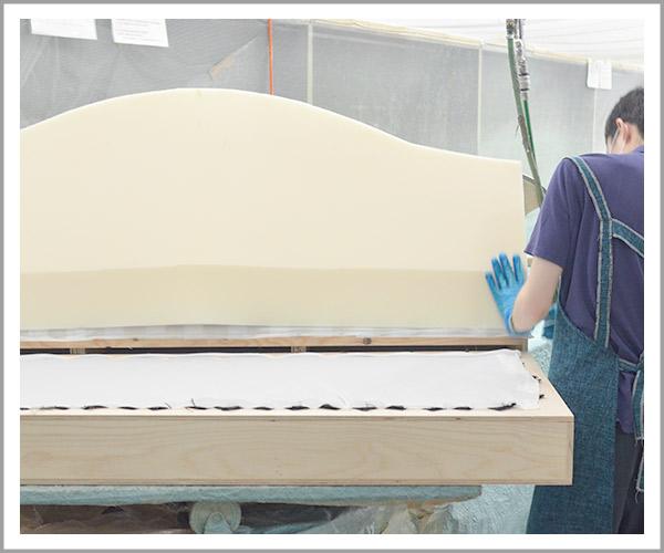 オリジナルソファの製造過程、10ウレタンを貼り付け3