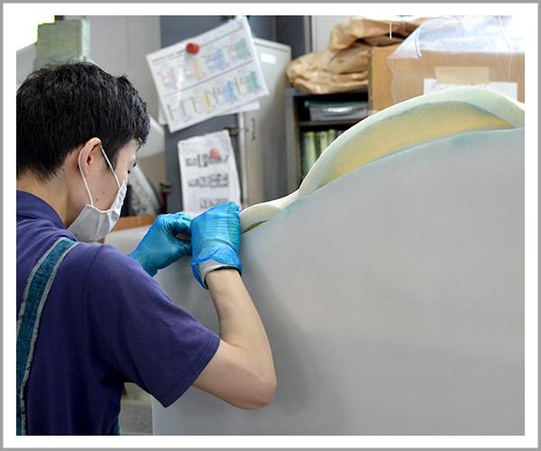オリジナルソファの製造過程、15ウレタンを貼り付け5