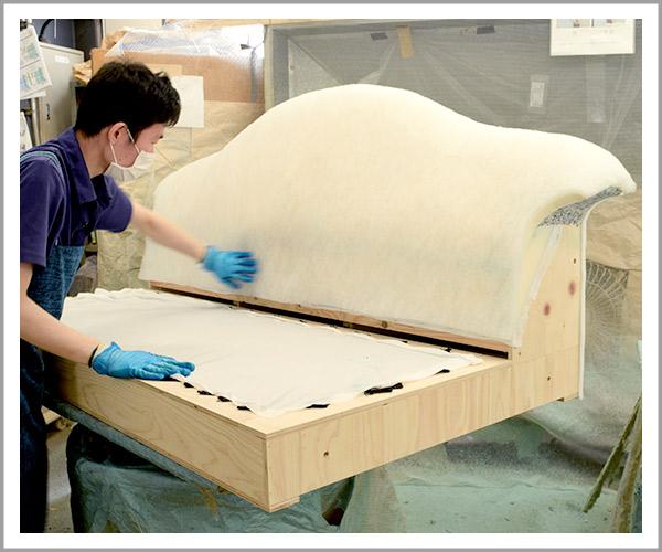 オリジナルソファの製造過程、16綿のシートを貼り付け