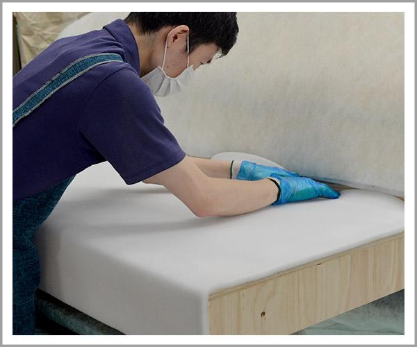 オリジナルソファの製造過程、17座面に白い薄めのウレタンを貼り付け