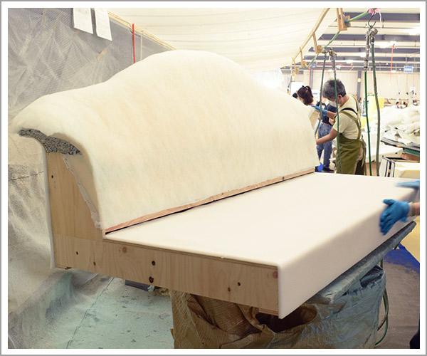 オリジナルソファの製造過程、18本体部分にクッション材の取り付け完了
