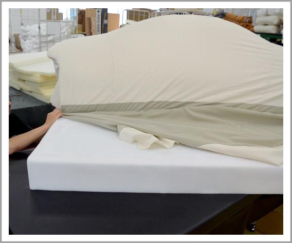 オリジナルソファの製造過程、20ピシッと本体に布を合わせる
