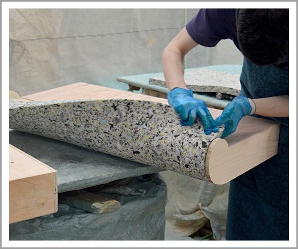 オリジナルソファの製造過程、26アームのウレタン貼り付け2