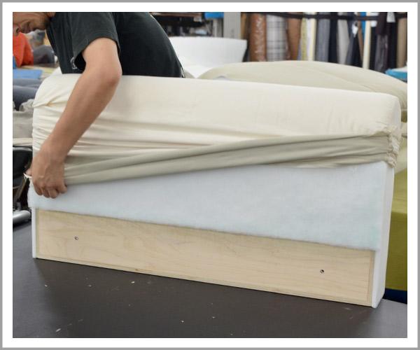 オリジナルソファの製造過程、30アームのヌード被せる