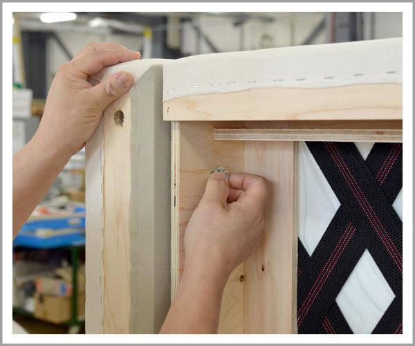 オリジナルソファの製造過程、32本体に金具を取り付けてアーム固定