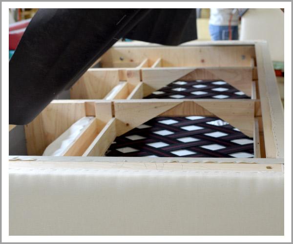 オリジナルソファの製造過程、35底に不織布をのせて