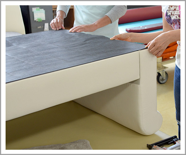 オリジナルソファの製造過程、36底の不織布をソファの底に合わせて