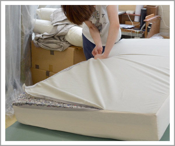 オリジナルソファの製造過程、42クッションもヌードの布を被せる