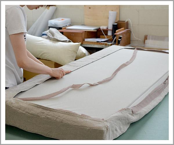 オリジナルソファの製造過程、44カバーはマジックテープで取り付け