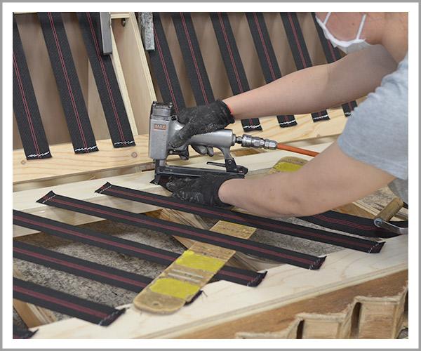 オリジナルソファの製造過程、3土台にウェービングテープを固定