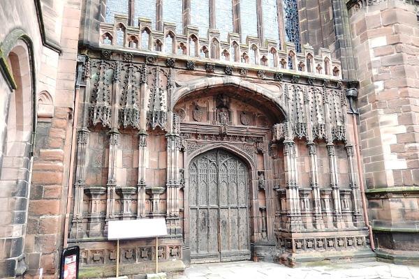 ヨーロッパ(西洋)の美しい街並みや建物、チェスター大聖堂のゴシック調の扉