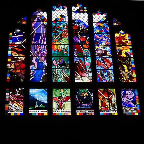 ヨーロッパ(西洋)の美しい街並みや建物、チェスター大聖堂の現代的なデザインのステンドグラス
