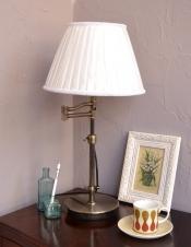布シェードからこぼれる柔らかな灯り、高さが調整できるテーブルランプ(プルスイッチ)(電球なし)
