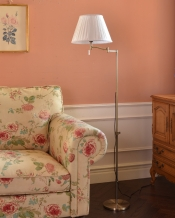 布シェードからこぼれる柔らかな灯り、高さが調整できるフロアランプ(プルスイッチ)(電球なし)