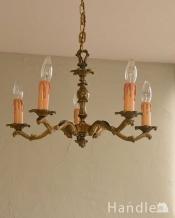 大人っぽい雰囲気の、アンティークの真鍮製シャンデリア・5灯タイプ(E17シャンデリア球付)