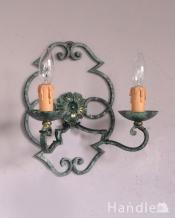 フランス輸入のアンティーク照明、お花が付いた可愛いウォールブラケット(E17シャンデリア球付)