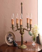 落ち着いた真鍮の輝きが美しいアンティークテーブルランプ(5灯)(E17シャンデリア球付)