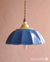 ぬくもりが感じられる陶器のペンダントライト(アンブレラ・ブルー)(ギャラリー付きコード・シャンデリア電球)