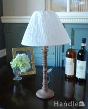 ぽこぽこっとした装飾が可愛いアンティーク風のテーブルランプ(E26球付)