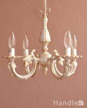 アンティーク風のフレンチシャビーな雰囲気、真鍮の白いシャンデリア(4灯・電球なし)