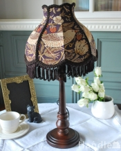 アンティーク風のおしゃれなテーブルランプ、ウィリアムモリス柄のシェード(いちご泥棒/紫)(E26球・ナツメ球付き)