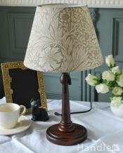 アンティーク風のおしゃれなテーブルランプ、ウィリアムモリス柄のシェード(マリーゴールド・ベージュ(E26球・ナツメ球付き)