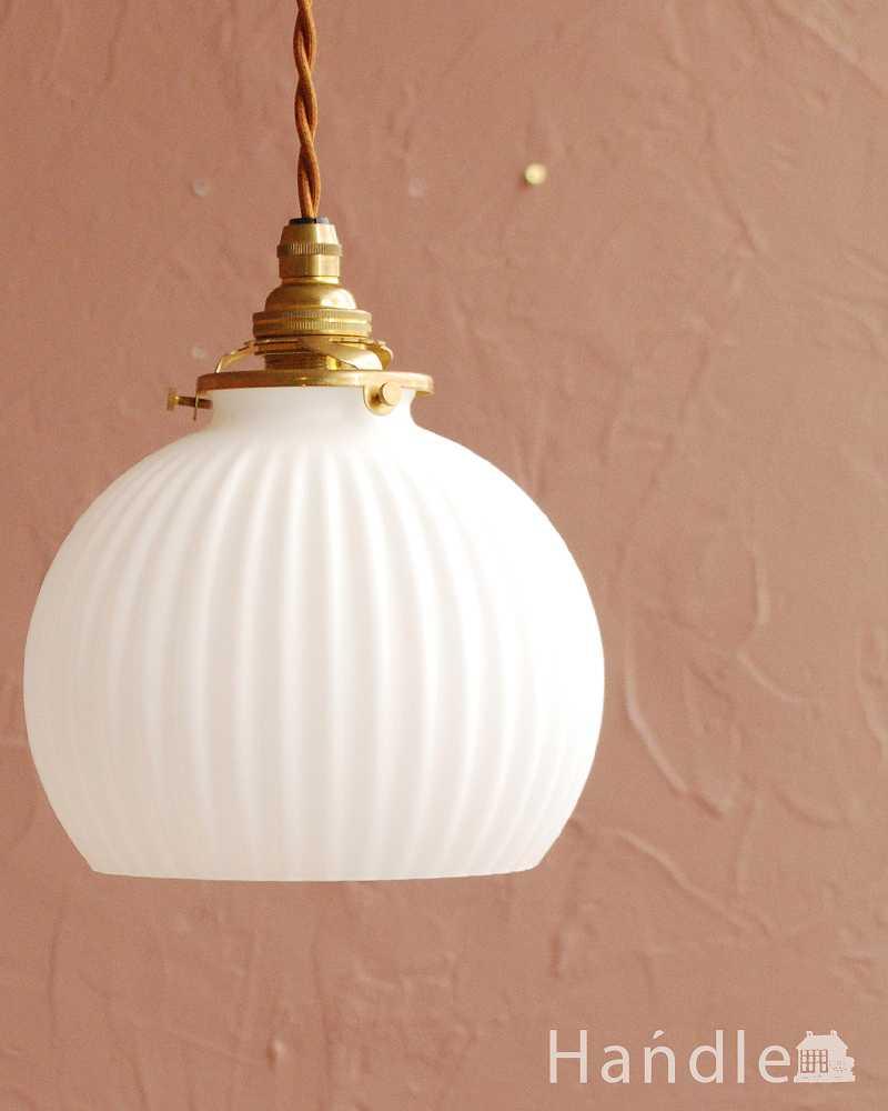 スッキリとしたプリーツ模様が型押しされた真っ白なガラスシェード のペンダントライト(コード・シャンデリア電球・ギャラリーA付き)  (pl-281)